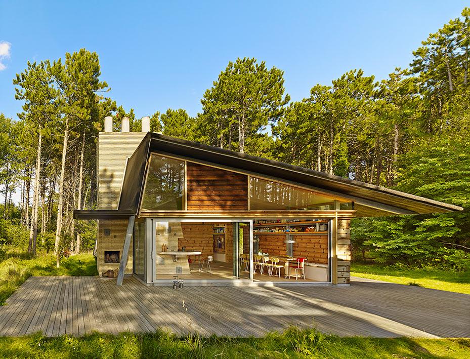 """""""La construcción fue difícil. Nos tomó casi tres años porque cada tronco tenía un carácter especial y el ensamblaje requería mucha pericia"""", explica el arquitecto Jesper Brask."""