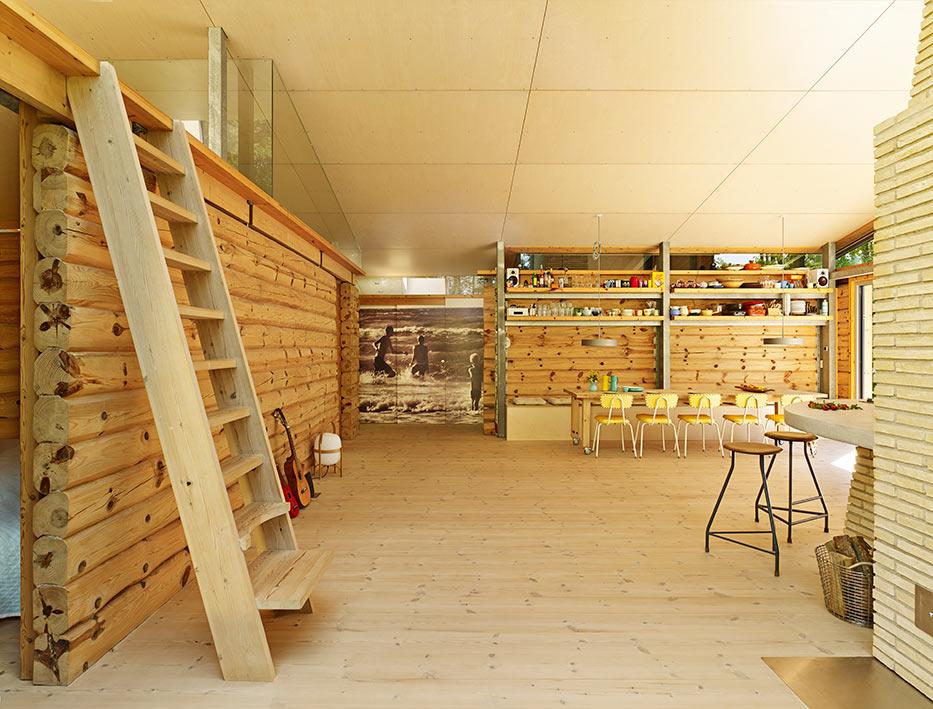 La escalera hacia el altillo es de los artesanos locales Trappermanden. Los muros interiores los hicieron con madera de los pinos austriacos que se talaron para abrirle campo a la casa.