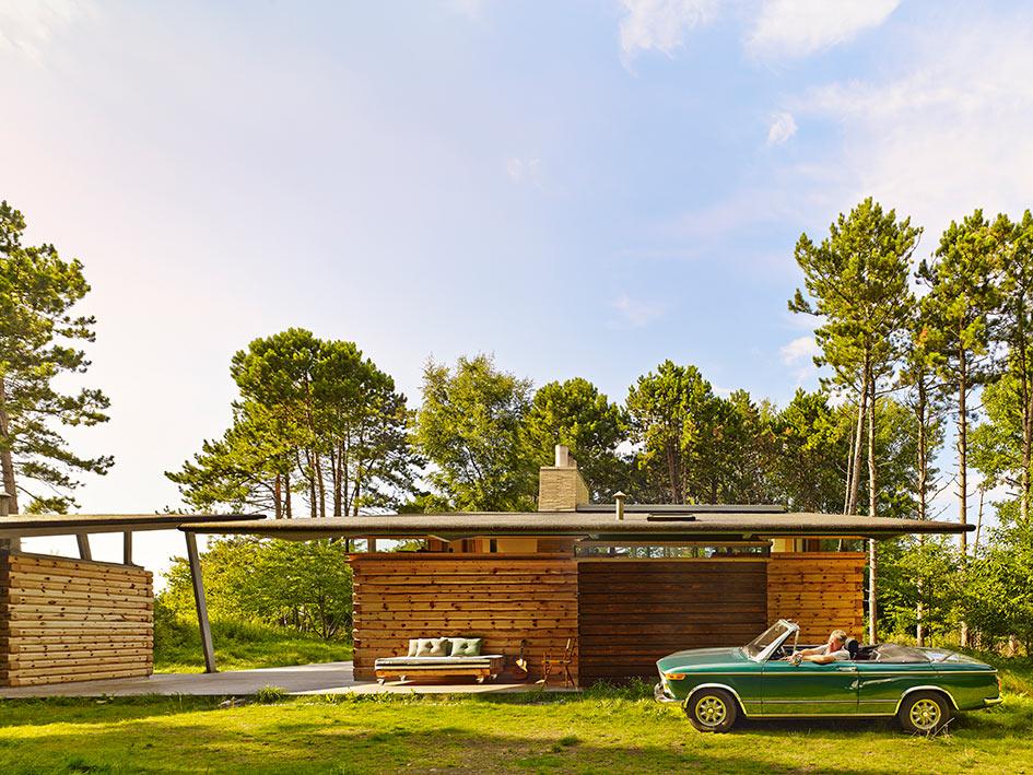Matti Javanainen es el constructor finlandés que se ocupó de ensamblar las piezas de pino austriaco aserradas en el lugar para construir la Villa Brask. La madera está unida a la manera tradicional, con claves, pasadores y cuñas del mismo material en vez de tornillos.