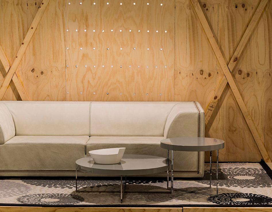 Sofá de piel Burt con costura, ref. Zipper; mesa auxiliar de 70 y 90 cm de diámetro, ref. Blob; tapete Calvin Klein negro/azul de 2,30 x 3,20 metros, todo lo anterior en Santa Julia.