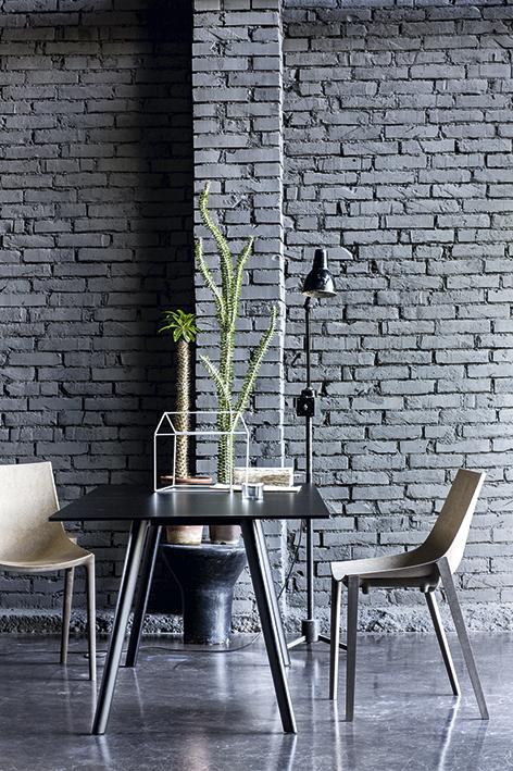La silla Zartan, diseño de Philippe Starck para Magis, en Q Design, explora las ventajas de utilizar el bambú, el lino y el cáñamo, además de representar un nuevo concepto en la producción masiva de muebles.  Su material, pulpa de madera a base Signum, se mezcla con fibras naturales, ceras y aceite de pescado para que pueda ser moldeado de la misma forma del plástico. Además, es no tóxico y biodegradable.