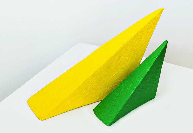 Obra de Eduardo Costa: Primera interacción de dos triángulos volumétricos, 1998 Pintura acrílica maciza