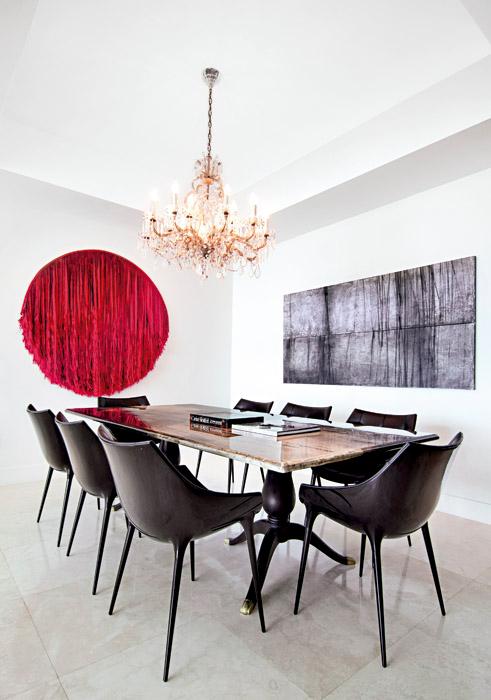 Sobre la pared se destaca una obra de Francisco Mejía Guinand. Los espejos-lámpara son una creación del arquitecto y diseñador francés Jean-Marie Massaud, y un ingenioso recurso para ampliar visualmente el espacio.