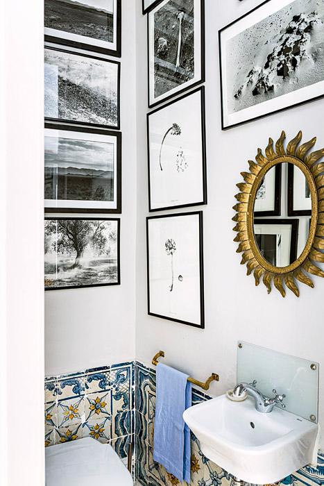 El espejo francés del baño de visitas fue adquirido en un mercado de las pulgas de Marruecos. La toalla de hilo, bordada a mano, es de Teresa Alecrim, en Lisboa. Las fotografías son de Aramy Machry, Juan Manuel Echavarría y Renate Graf.