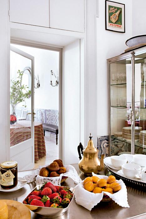 En la cocina, una vitrina francesa de cristal de los años cuarenta, proveniente de Clignancourt, París. La mesa de estilo industrial es de Metro UK.