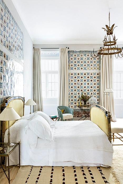 La cama francesa del dormitorio fue comprada por la propietaria en Julie Greenwood, Londres. Las alfombras fueron realizadas por bereberes y adquiridas en Mustapha Blaoui, Marruecos.