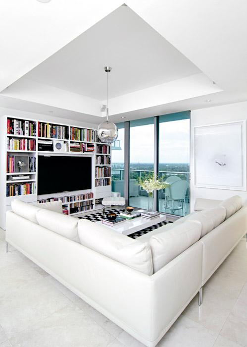 La sala de estar es un espacio cómodo y funcional donde la familia pasa la mayor parte del tiempo. El sofá de cuero es un diseño de Damian Williamson y fue presentado en el Salone del Mobile di Milano en 2010. La lámpara está elaborada en Pyrex y fue creada por Carlo Colombo. Sobre la pared, una obra del artista colombiano César González.