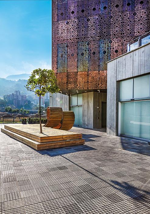 En la terraza del cuarto piso puede observarse la ciudad desde una banca plegada de madera.  Foto: ©Mónica Barreneche.