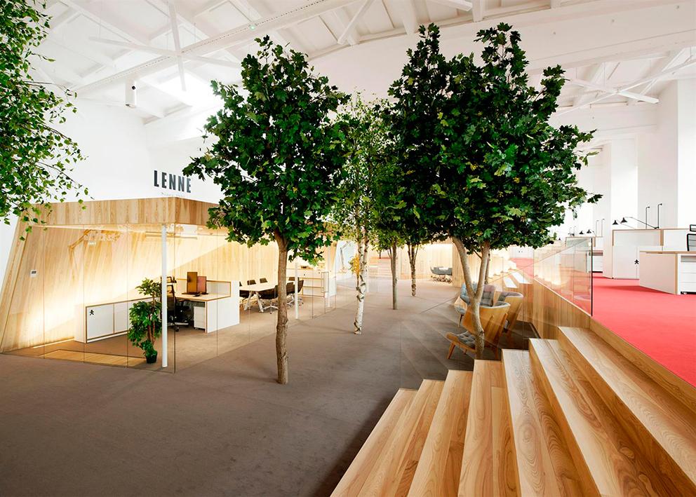 Los árboles están hechos de troncos reales y hojas y ramas artificiales.