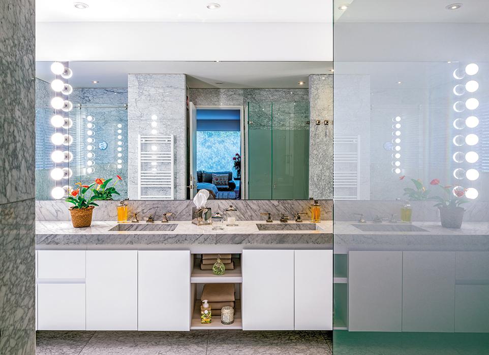 El baño principal pasó por una completa remodelación. Los diseñadores optaron por mármol de Carrara para el piso, muros y lavamanos porque querían ambientar un baño tipo hotel neoyorquino, amplio, claro y refinado.