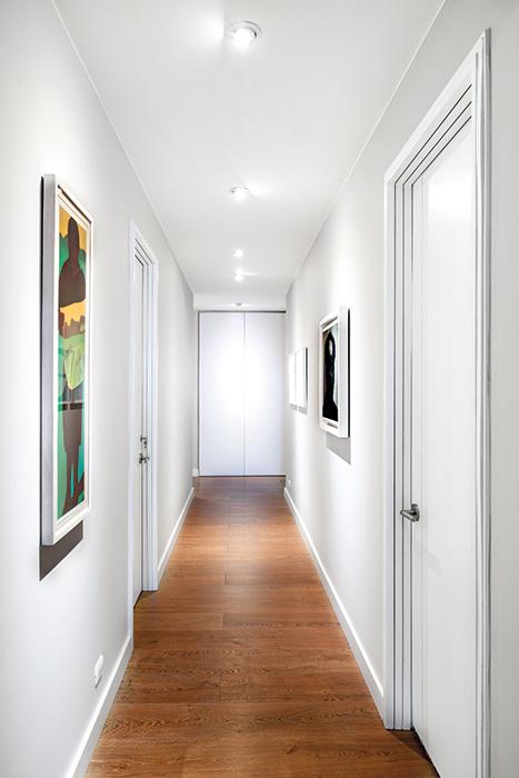 El corredor blanco conduce a las habitaiones.