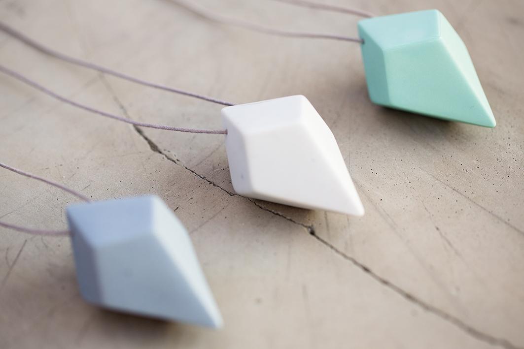 Collar con un diamante hecho en porcelana pigmentada.