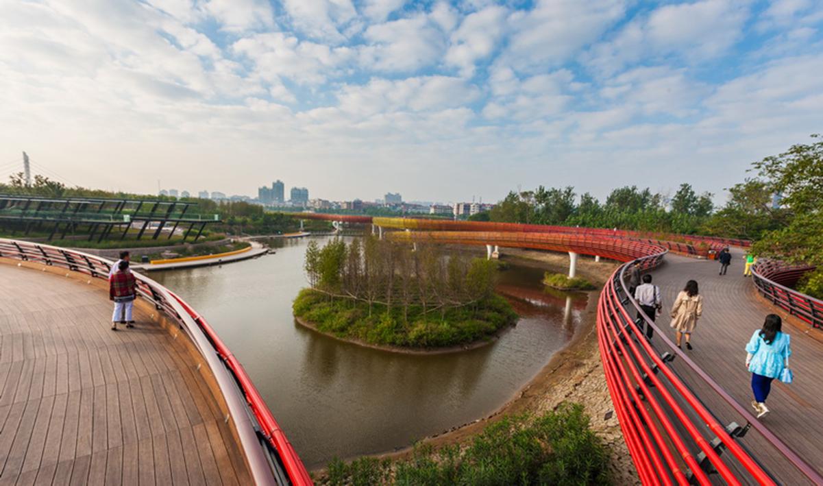 El puente serpenteante, recrea al tradicional dragón de las festividades  Chinas.