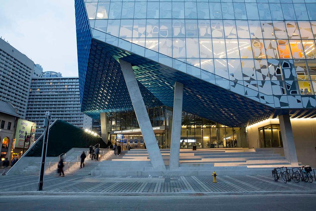 El nuevo centro de aprendizaje se caracteriza por su fachada en vidrio.