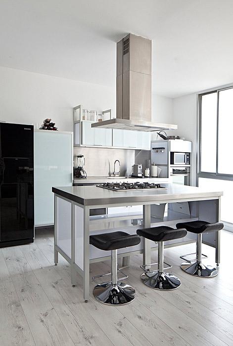 l estilo de este apartamento, ubicado en el último piso de un edificio en Bogotá, representa los fundamentos del diseño de mobiliario escandinavo, del minimalismo japonés y de la escuela Bauhaus. Foto: Mónica Barreneche.