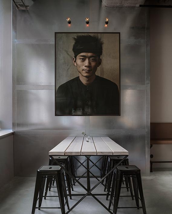 Una foto de gran formato de un chef de Shangai, da la bienvenida a los comensales. Una colaboración entre Lindvall y el fotógrafo Johan Annerfelt.