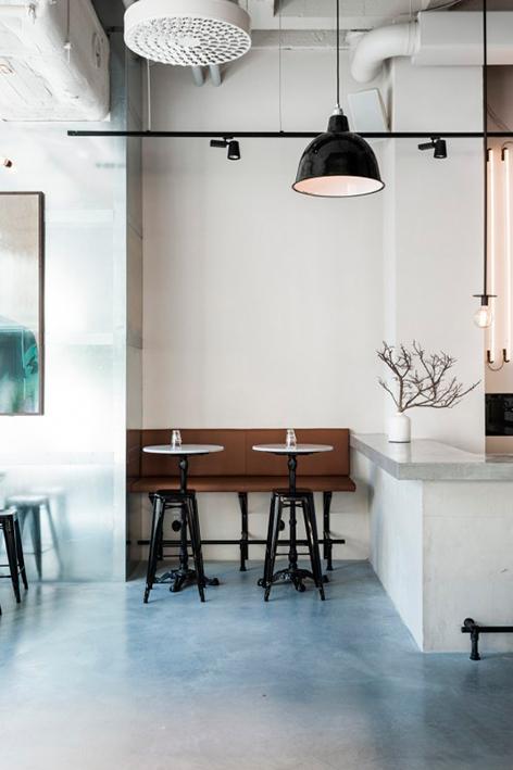 El sofá de cuero es del diseñador Richard Lindvall, los bancos negros son de Tolix y las mesas son de mármol.