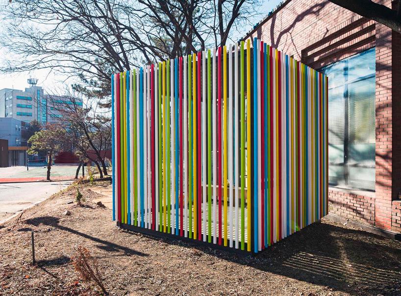Pabellón Tubería hecho con andamios de colores. Foto: June Young Lim