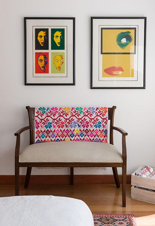 Sobre la clásica silla de madera ubicaron un colorido tejido mexicano. Arriba hay dos obras que eran de la madre de la propietaria. En el piso se aprecia un tapete comprado en Londres