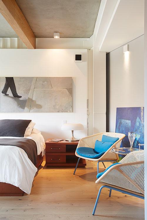 La geometría del lote permite abrir una esquina de la habitación principal para acomodar una salita de estar.