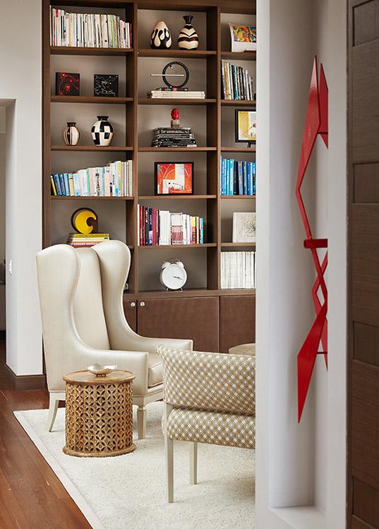Silla de espaldar alto diseñada por la arquitecta Lina Salazar.
