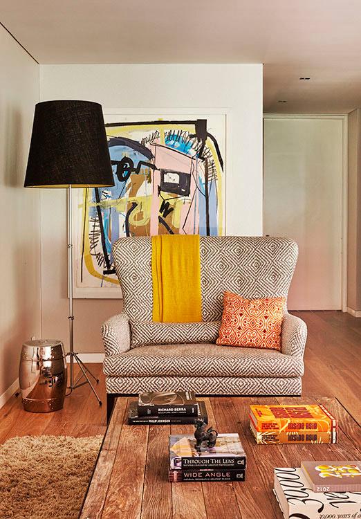 Sofá de espaldar alto diseñada por la arquitecta Marisa Gómez.