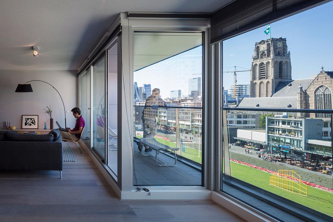 Con un presupuesto de 175 millones de euros, el Market Hall, ubicado en Róterdam, Holanda, alberga en sus 100.000 metros cuadrados, 228 apartamentos, 100 puestos de mercado, un supermercado y 1.200 estacionamientos.