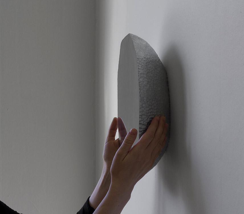 Hand Made Mirror es una pieza hecha en aluminio del diseñador Daniel Rybakken presentada en la galería Rossana Orlandi.