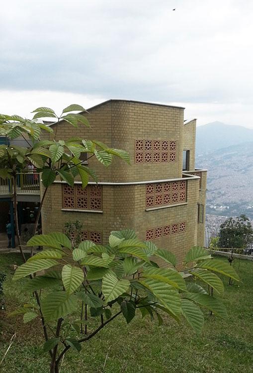 El Jardín Infantil Carpinelo construye una mirada sobre el paisaje de Medellín.
