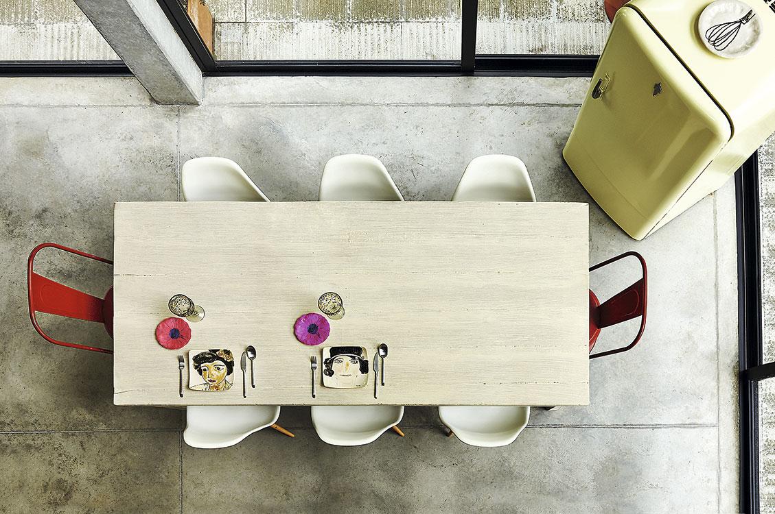 Los dueños de esta casa diseñada por Plan B arquitectos en Antioquia optaron por mezlcar replicas de clásicos del diseño para darle un look vintage al comedor. Foto: Mónica Barreneche.