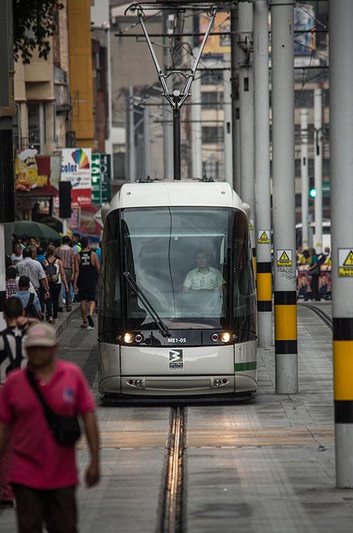 El nuevo Tranvía de Ayacucho al recorrer las calles del centro de la ciudad.