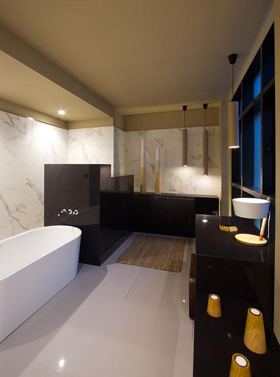 Baño de exposición  Un homenaje al disfrute del agua es la propuesta de Opta Arquitectos, Madrid, en un baño para Casa Decor 2016, la mayor exposición de interiorismo, arquitectura, diseño y arte en Europa. El diseño despliega la apariencia increíblemente natural de las superficies ultracompactas Dekton, de Cosentino, en tonos contrastantes como el oscuro intenso Spectra y el blanco veteado Aura, semejante al mármol.