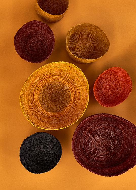 Cestos en gamas tierra y ocre, de artesanos del Amazonas.