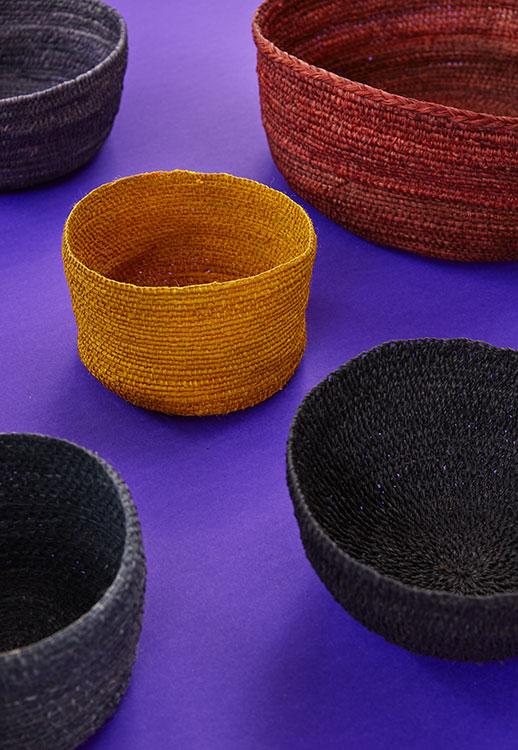 Cestos hechos con chambira en colores rojo, azafrán y azul del Amazonas.