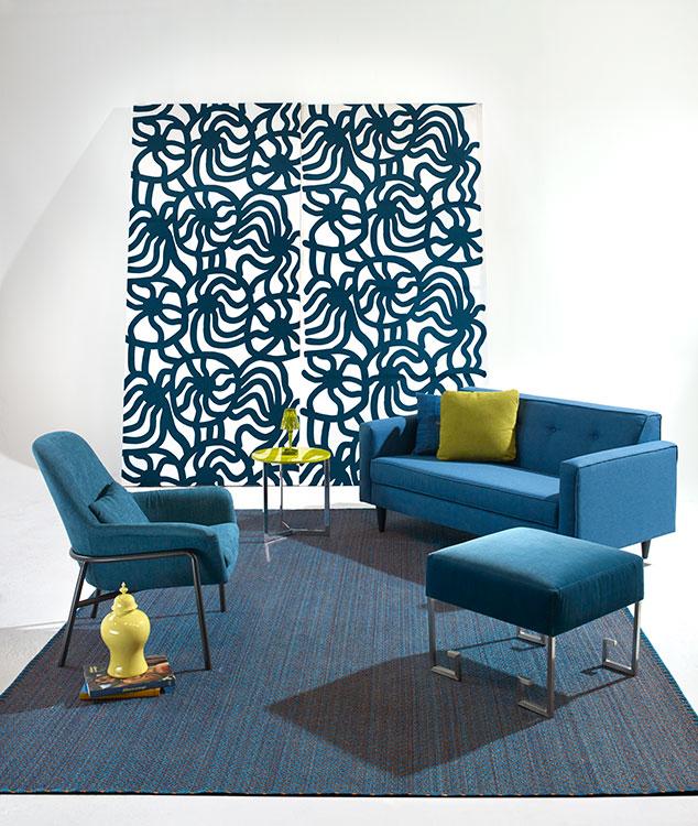 Cuadro Kivet azul y negro, marca Marimekko, $1.985.000, en Q Design Home. Sofá Nal Dal, $3.574.000, de Bombox. Cojín de lino azul vaquero bordado, $484.000, de Becara. Puf de terciopelo azul con estructura de acero, $1.900.000, de Millán de Mishaan Designs. Tapete Rombos azul Tayrona y cobre, de 2,50 x 3,50 m, cobre ciento por ciento tejido a mano, de Verdi Design. Jarrón verde limón, $420.000, de Santa Julia. Poltrona Camerich, de Schaller Design Group. Mesa auxiliar Joy, 45 cm, $1.600.000, de Santa Julia. Lámpara Battery verde oliva, $745.000, de Kartell.