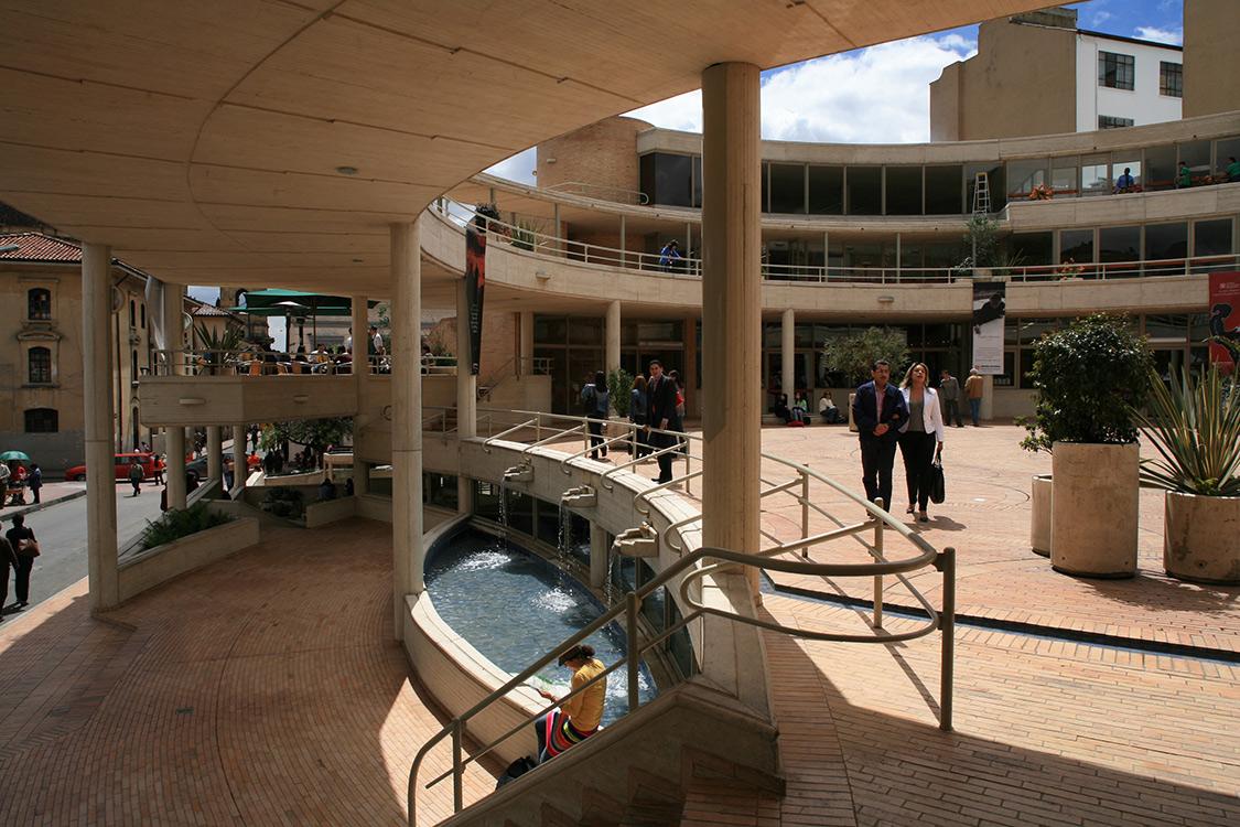 l Centro Cultural Gabriel García Márquez, espacio dedicado a la cultura, ubicado en Bogotá, es una de las obras del maestro colombiano Rogelio Salmona.