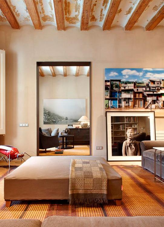 Fotografía como elección  En este apartamento en el Raval, remodelado por el estudio, la elección por parte de los propietarios de utilizar fotografía como piezas de arte, amplia las posibilidades a la hora de mezclar mobiliario y textiles sin limitación de color y materiales.