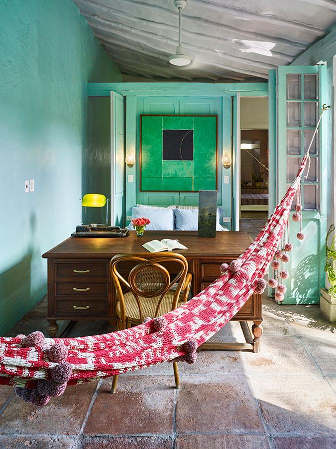El verde le proyecta fuerza y vitalidad a este casa ubicada en Honda.
