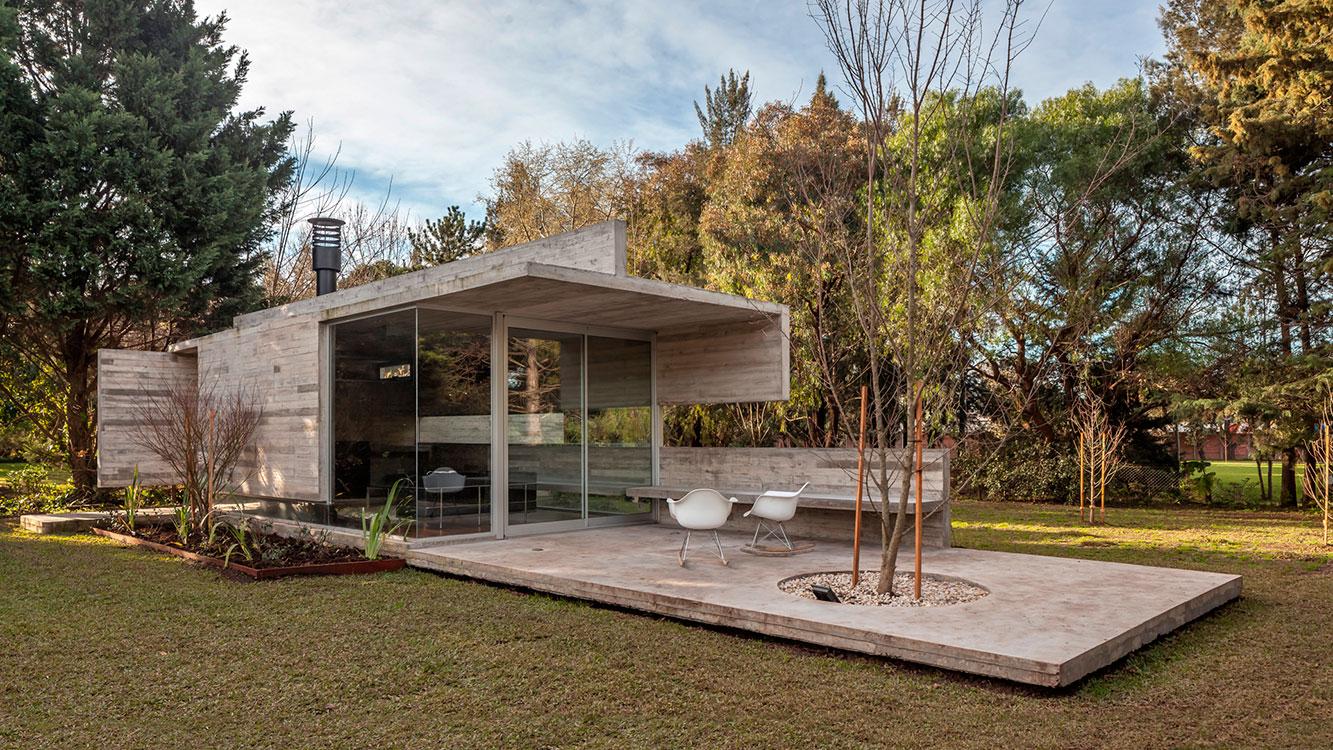 El pabellón de la casa Torcuato en las afueras de Buenos Aires, Argentina, un diseño de Besonias Almeida, es el refugio perfecto para desconectarse en plena comodidad. Foto: Federico Kulekdjian.