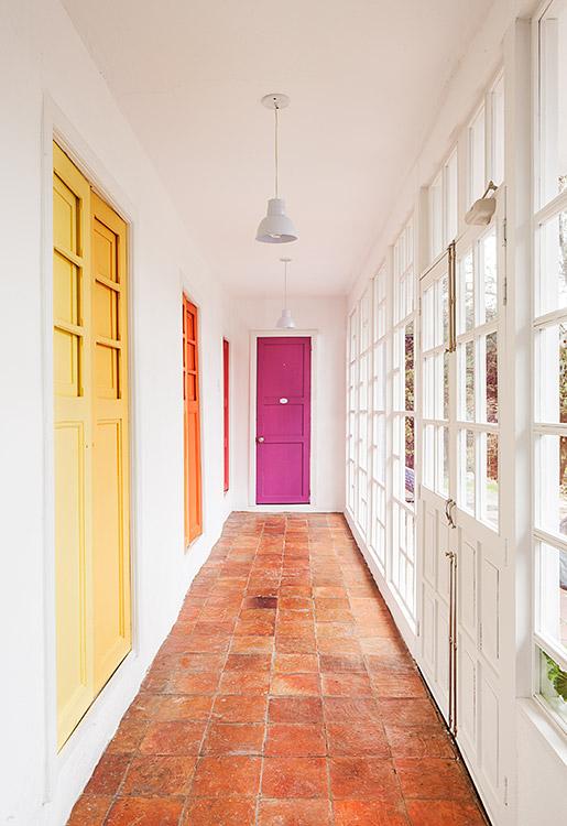 En Sopó se encuentra esta sencilla vivienda campesina con muros en adobe del siglo XIX la cual se transformó en una casa de descanso moderna. Foto: Mónica Barreneche.