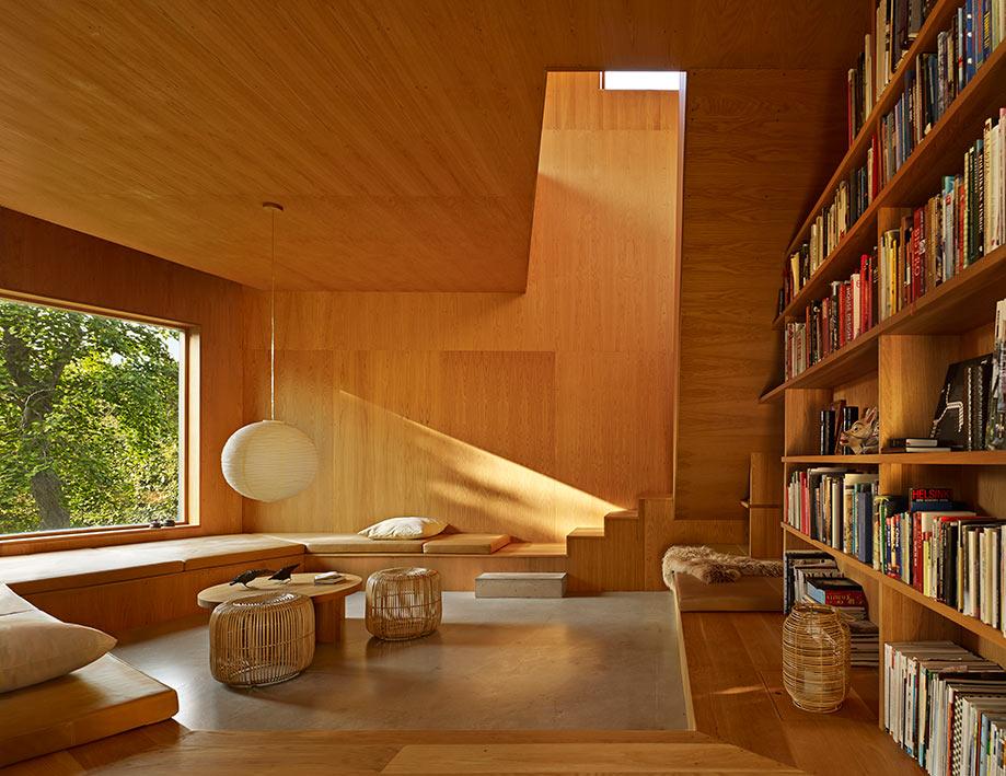 En los bosques a las afueras de Copenhague hay una sorpresa: una variante contemporánea de la tradicional casa danesa de verano. Los arquitectos Martin y Mette Wienberg diseñaron su propio refugio en 80 mt2. Foto: James Silverman.