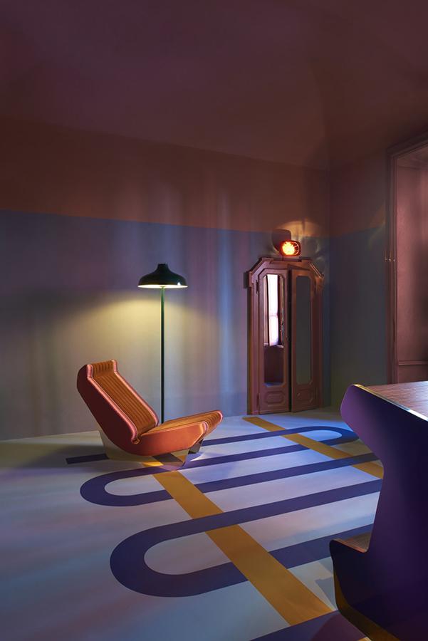 Dimore, una leve reminiscencia a la obra del artista italiano Gianni Piacentino marca la propuesta romántica y un poco nostálgica de Dimore Studio, en su instalación durante el Salón. Características de la gráfica de la década de 1930 inundan los espacios iluminados tenuemente e invitan a lo íntimo.