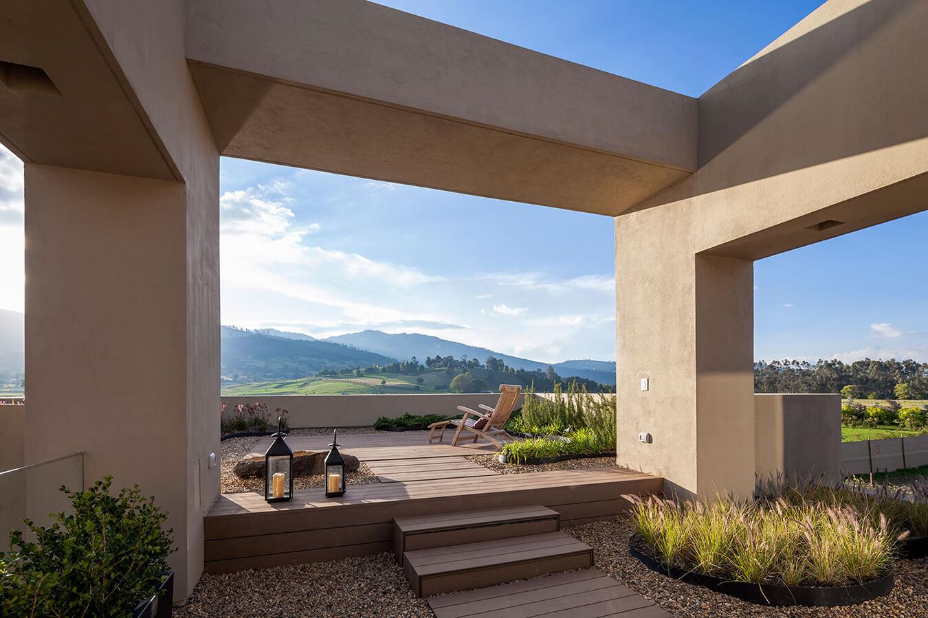 <a href='https://revistaaxxis.com.co/casa-de-campo/'><h2>Bajo el cielo de la sabana</h2>Una vivienda que dialoga a través de su arquitectura, distribución y materialidad, con la naturaleza circundante.</a>