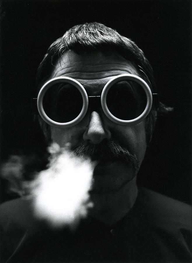 Ettore Sottsass fotografiado por Bruno Gecchelin.