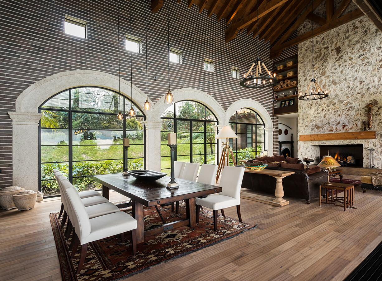 La casa monasterio pisos prestige pisos laminados for Decoracion de interiores medellin