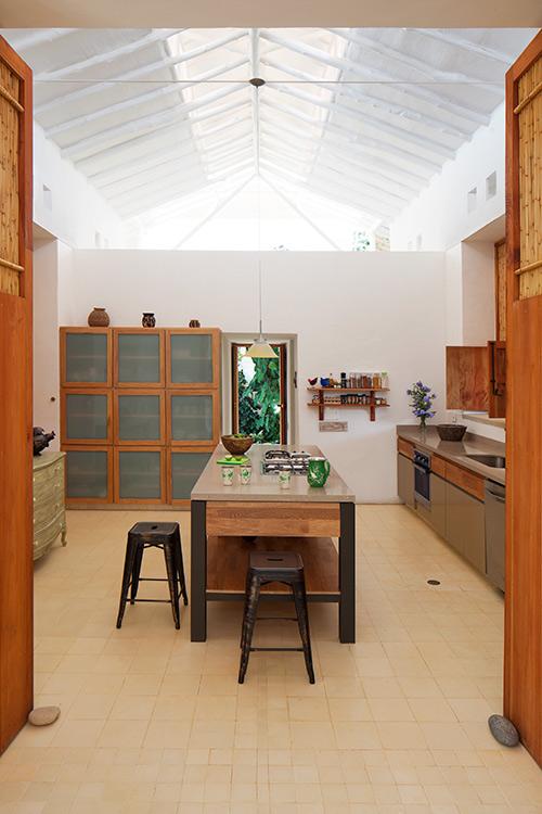La historia que cuenta esta casa, ubicada en Barichara, habla del trópico: del sol, del viento, de la lluvia. Sus letras son el alero, el corredor, la terraza, la tapia, la piedra y la madera.