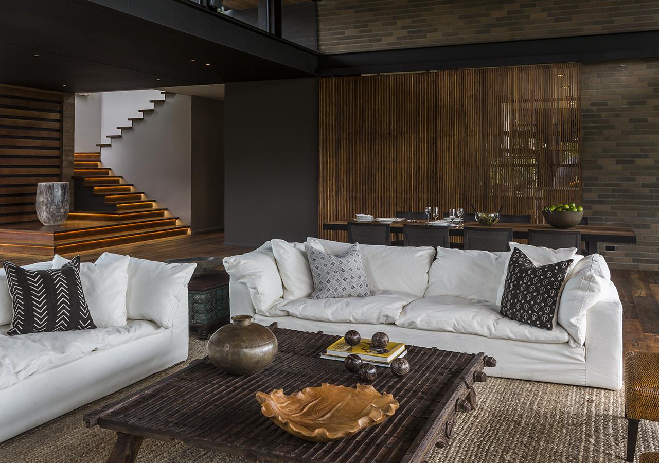 Esta casa, ubicada en las afueras de Medellín, es una reinterpretación de la vivienda de patio tradicional colombiana. Para darle un aire contemporáneo, el arquitecto planteó una sucesión de ambientes abiertos, amplios, iluminados e interconectados.