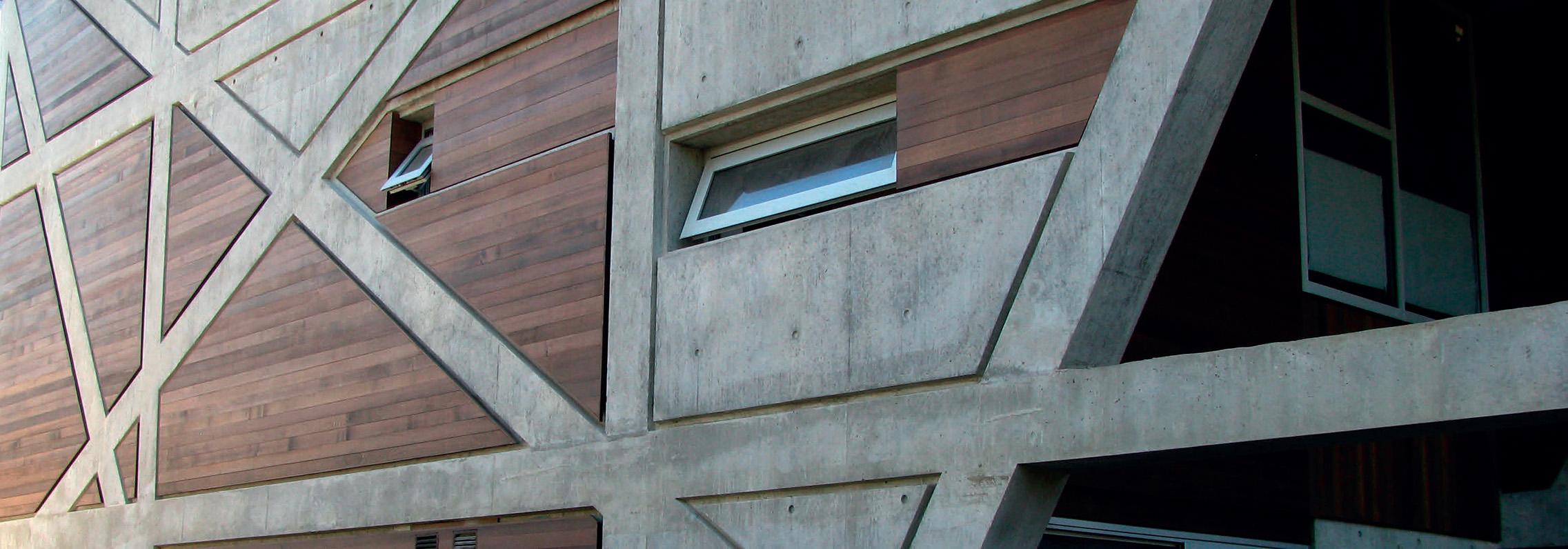 Pablo Rojas, Vancouver CA: Es Arquitecto bogotano graduado de la Universidad de los Andes (1996). Se involucra al graduarse con Curaduría Urbana y se expone a proyectos en volumen y desarrolla su conocimiento de códigos y su interpretación. Luego, como parte del Ministerio del Medio Ambiente, trabaja en el grupo de arquitectura de la Unidad de Parques Nacionales Naturales. Casa 1708 Western PW: Ganador del Premio de Arquitectura Diáspora Colombiana – Bronce.