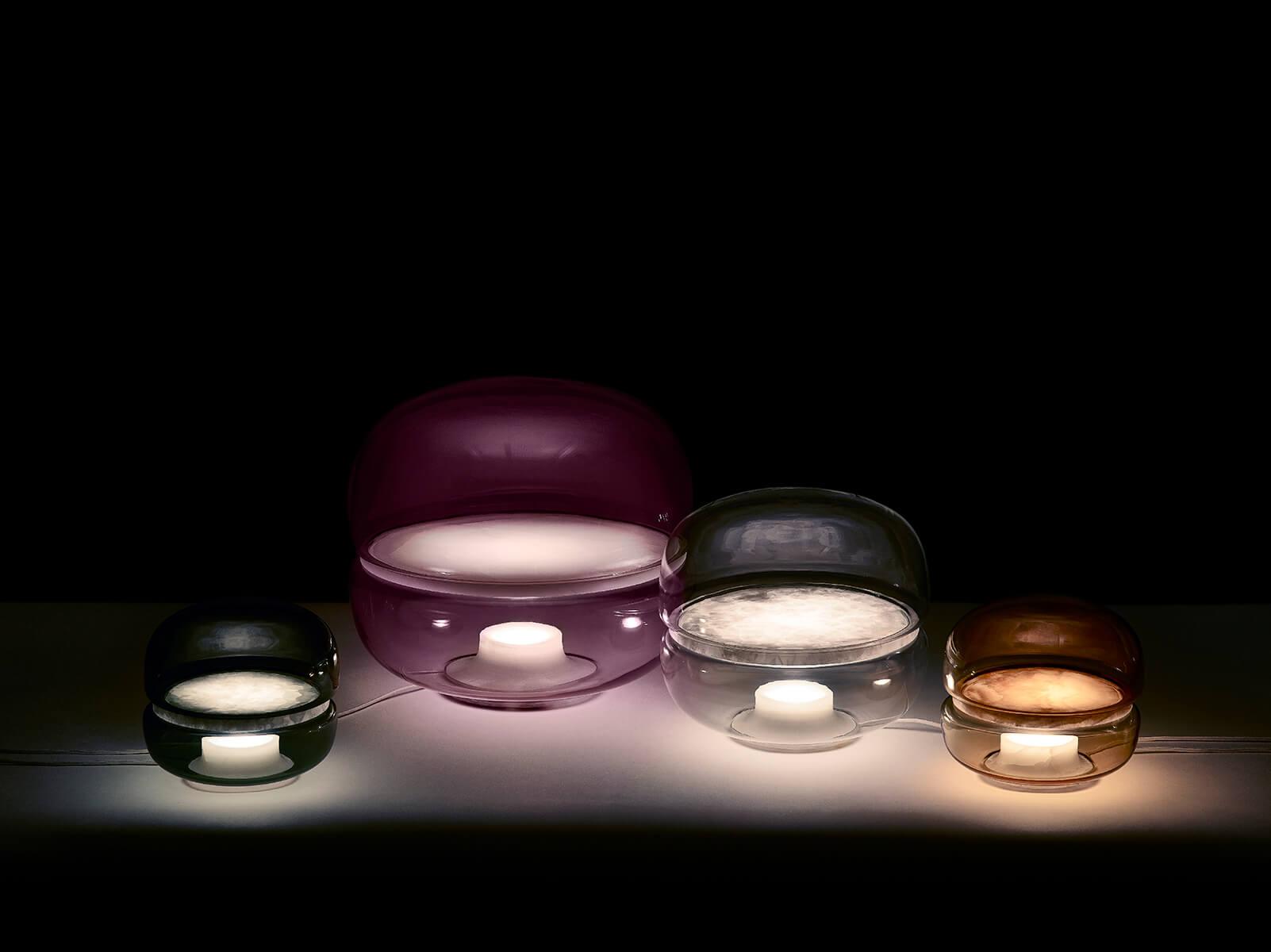 Macaron, luminaria de la compañía checa Brokis, está compuesta por una lámina de piedra ónix que flota en el centro de una estructura de vidrio soplado artesanalmente.