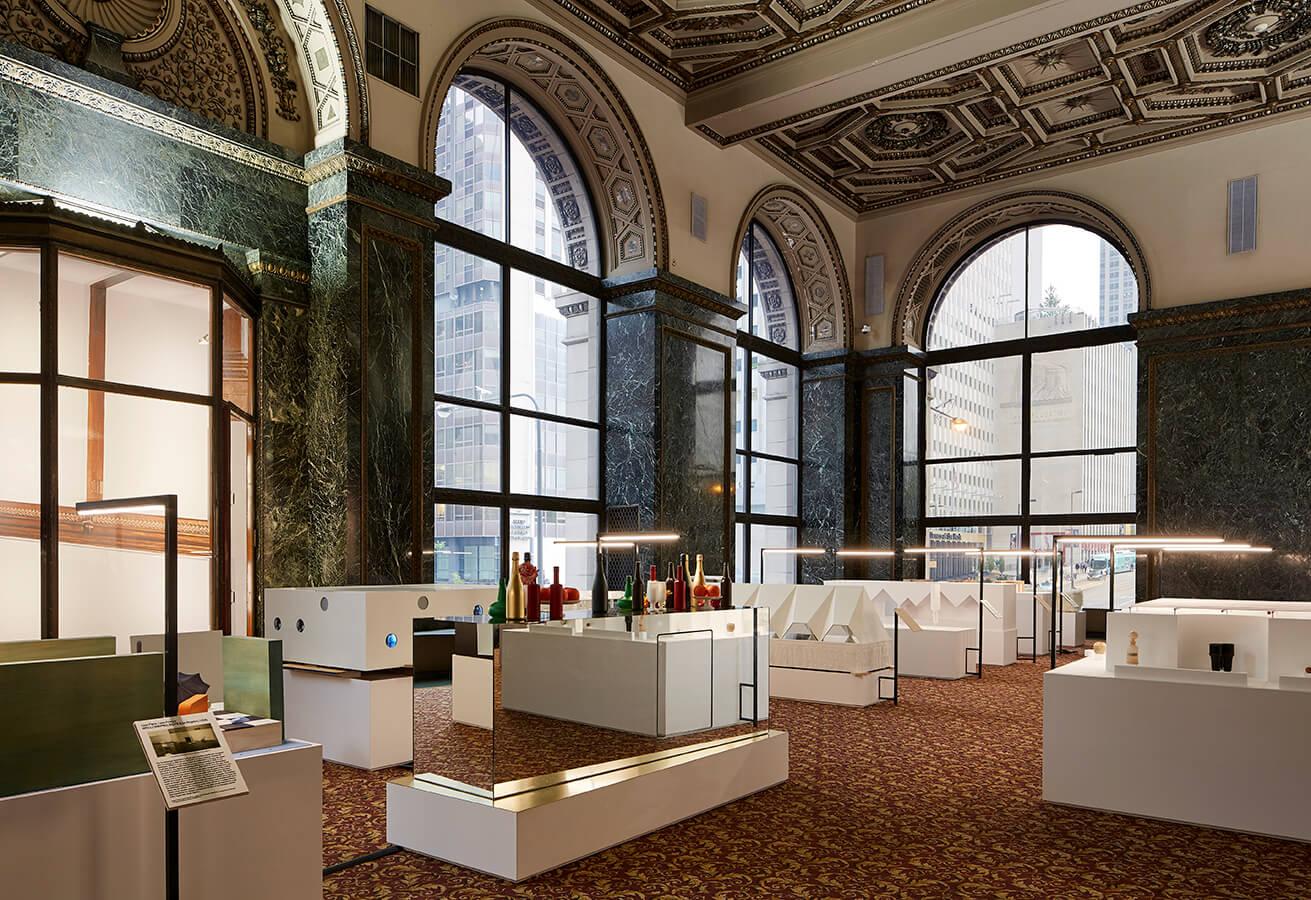La muestra Cuidad Horizontal, exhibida en el G.A.R. Memorial Hall del Centro Cultural de Chicago.